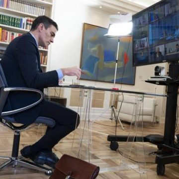 Sánchez admite a las CCAA el retraso de material y da por perdidos los eurobonos