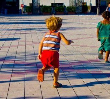 Italia autoriza que los niños puedan salir de casa con un progenitor a pasear