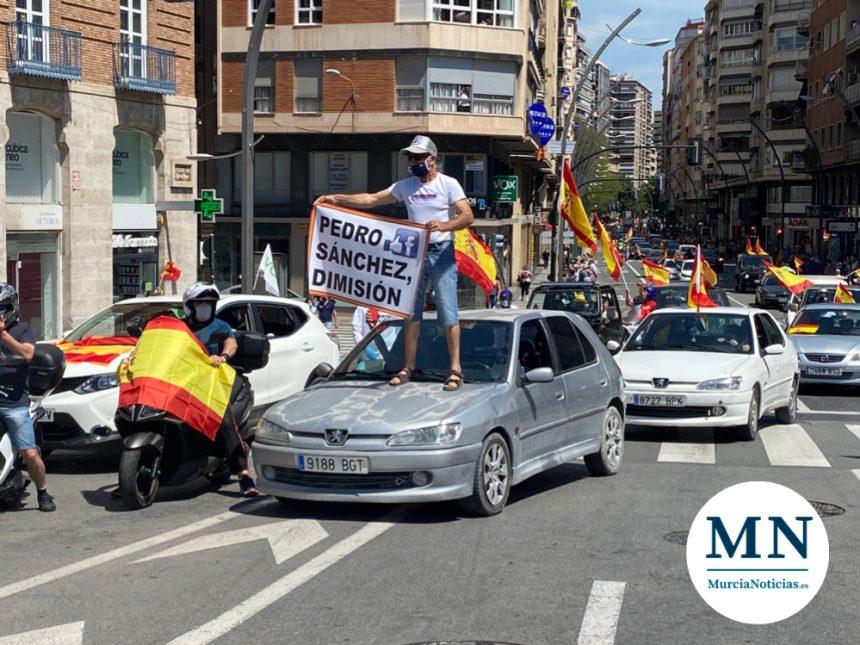 La caravana de Vox llena Gran Vía de Murcia de coches