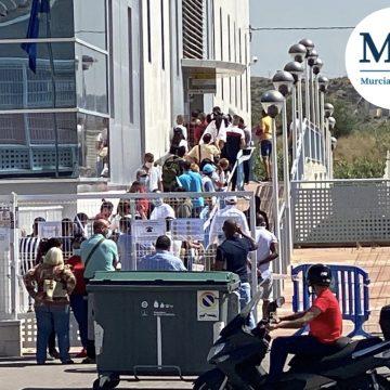 Una cola de personas se aglutina en la Oficina de Extranjería de Murcia
