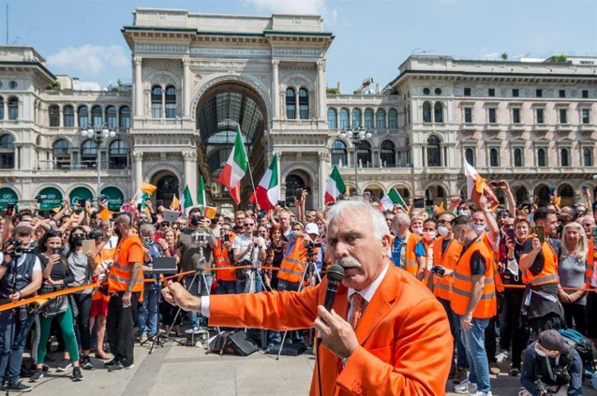 """Los """"chalecos naranjas"""" de Italia: el movimiento dirigido por un general retirado que niega el coronavirus"""