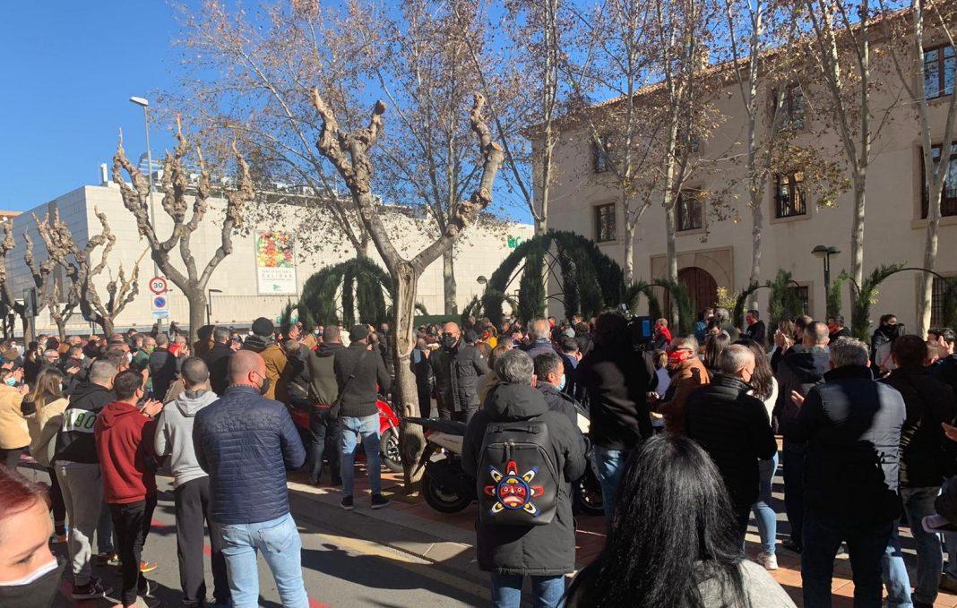 Cientos de hosteleros concentrados frente al Palacio de San Esteban (Murcia)