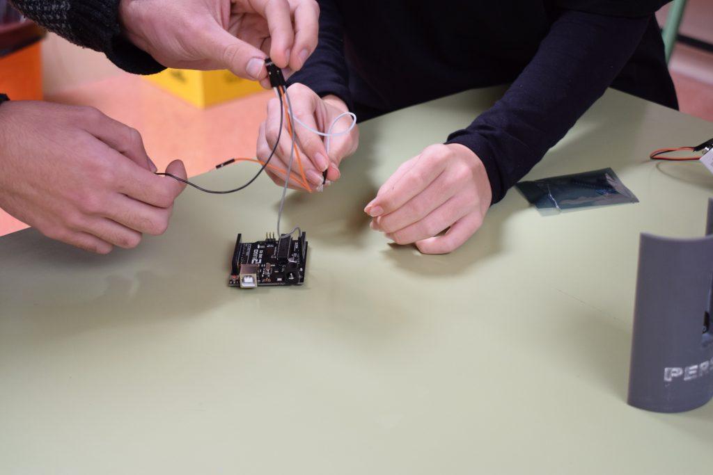 El equipo PerseoTeam trabaja en la construcción de su Cansat