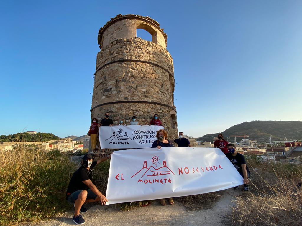 Concentración de miembros de la Coordinadora para la Defensa del Cerro de El Molinete