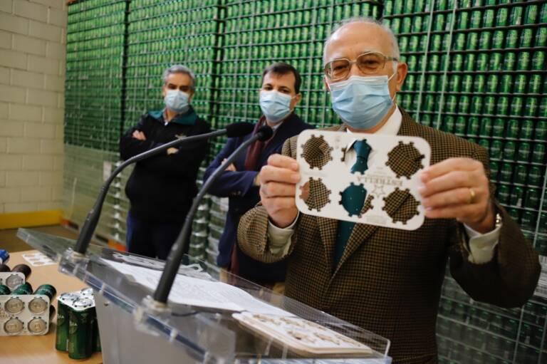 Pedro Marín, director general de Estrella de Levante, mostrando el nuevo embalaje de las latas