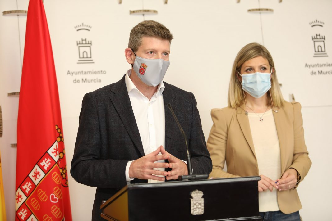 El concejal de Iniciativas Municipales, Juan Fernando Hernández; y la portavoz del equipo de Gobierno, Paqui Pérez, tras la reunión de la Junta de Gobierno. - Ayuntamiento de Murcia