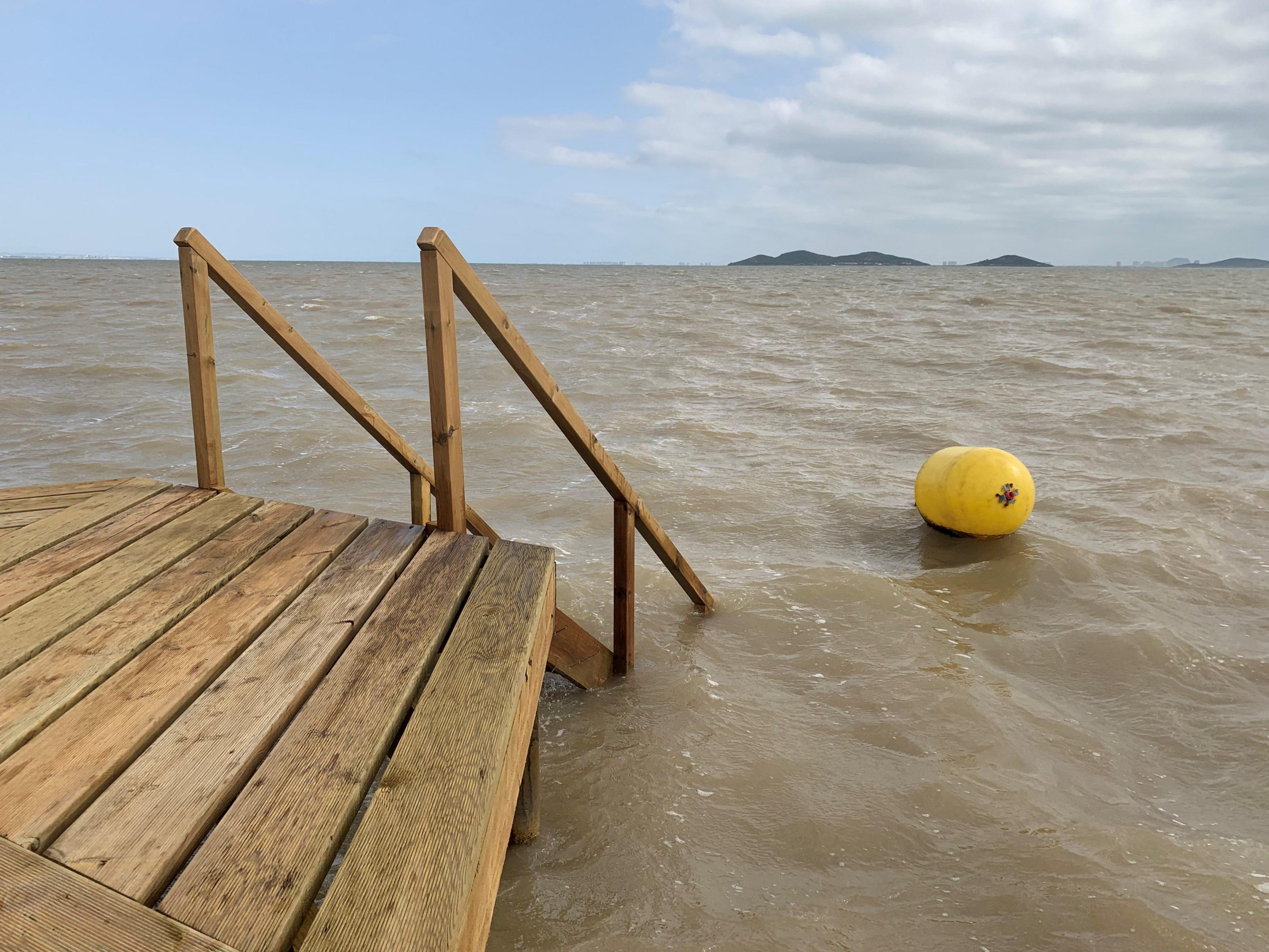Bajada de uno de los balnearios de Los Urrutias directo a la boya del mar