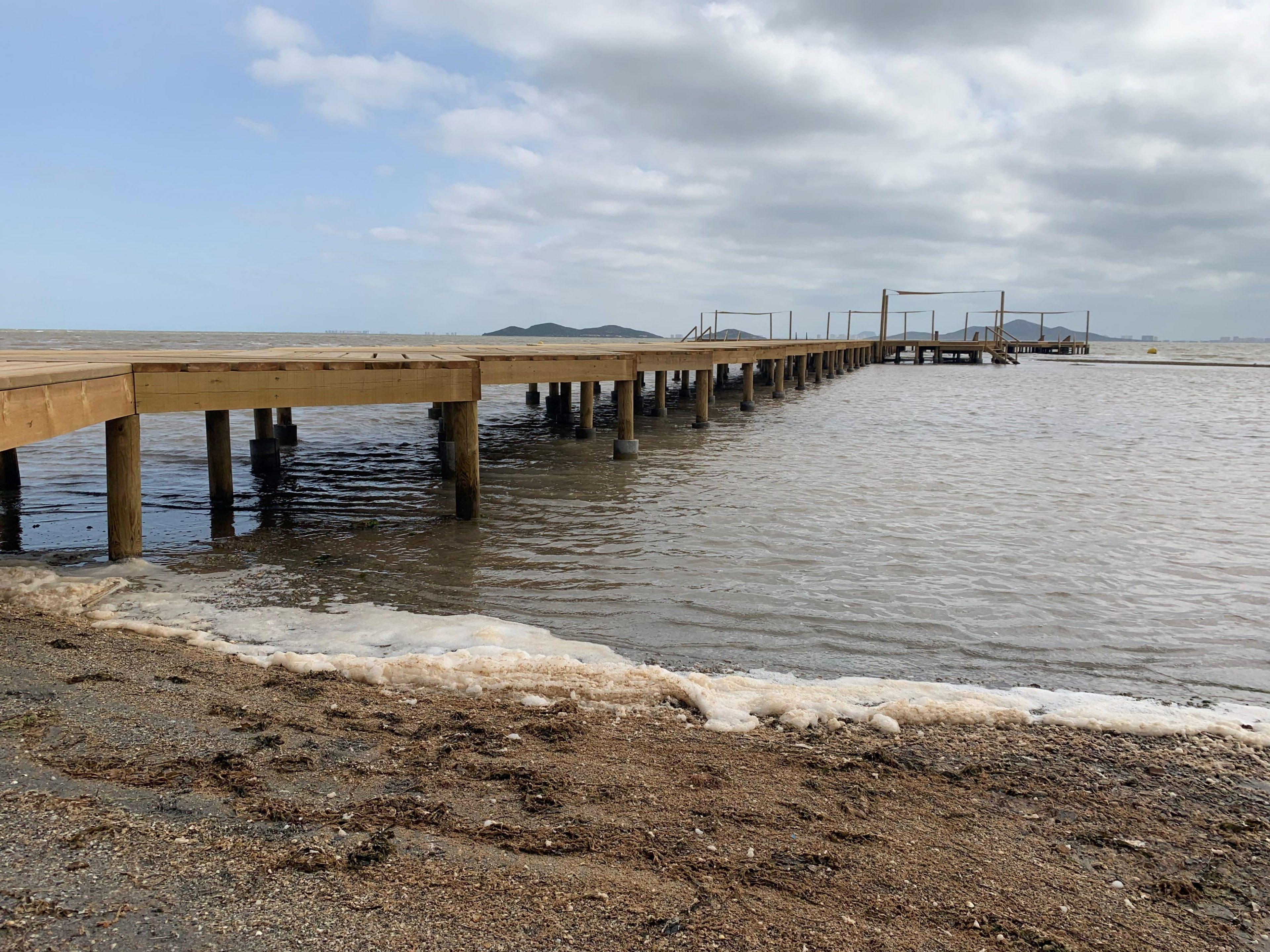 Espuma en la orilla de la playa de Los Urrutias junto a uno de los balnearios