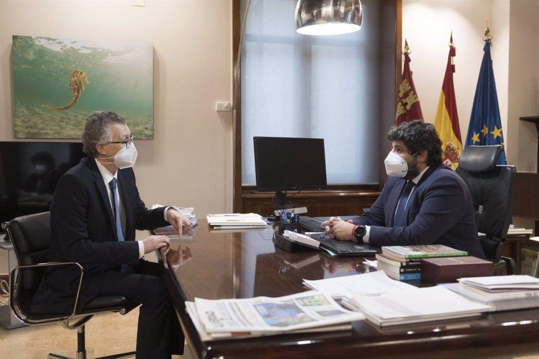 El consejero de salud, Juan José Pedreño. junto al presidente regional, Fernando López Miras
