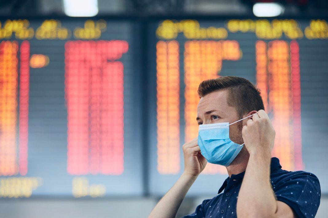 Hombre en un aeropuerto con mascarilla