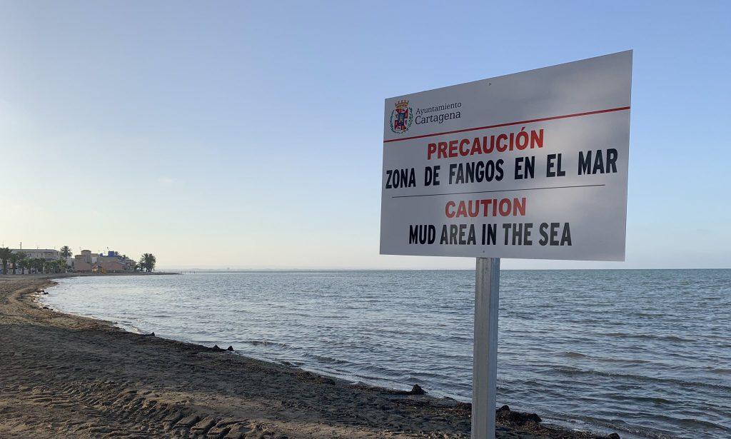 Cartel de advertencia de barro en el agua, el 2 de julio de 2020