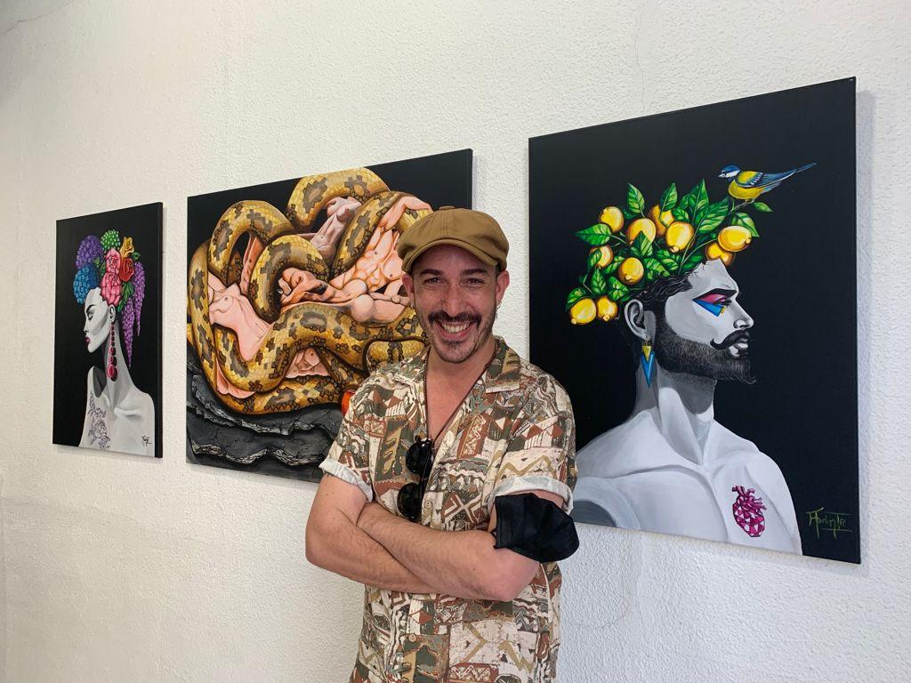 El pintor Aaron Izquierdo en la galería Babel