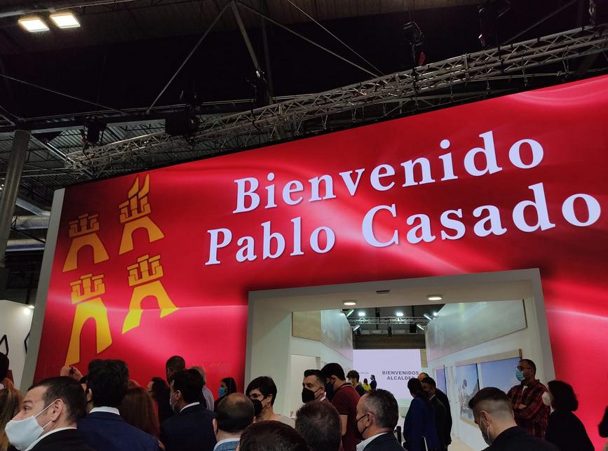 El stand de la Región de Murcia en Fitur da la bienvenida a Pablo Casado.