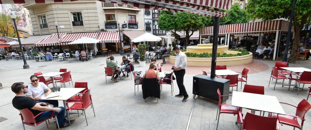 Terraza en la Plaza de las Flores siguiendo las restricciones (Murcia)