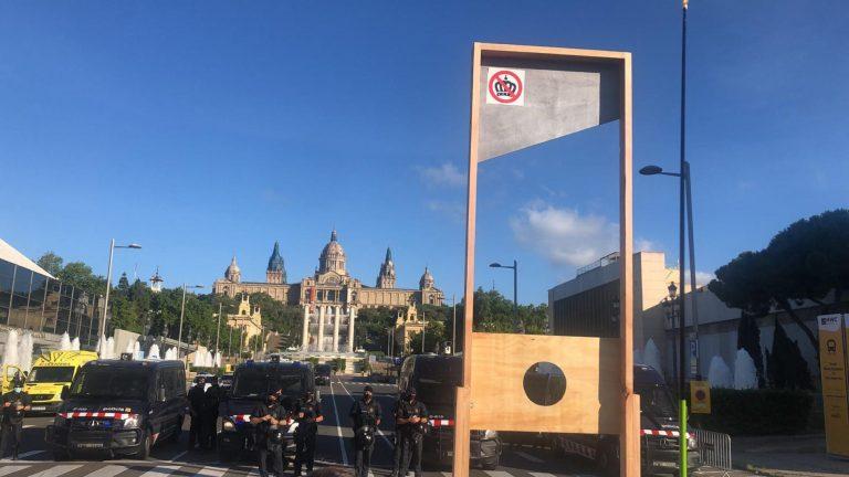 Colocan una guillotina frente al Mobile World Congress ante la llegada del rey Felipe VI a Barcelona