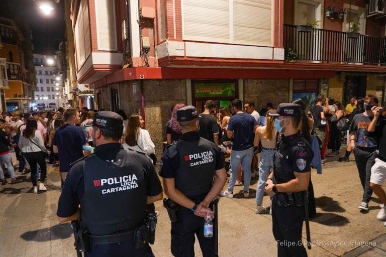 La Policía Local de Cartagena interviene en un botellón ilegal con 600 jóvenes en Los Dolores