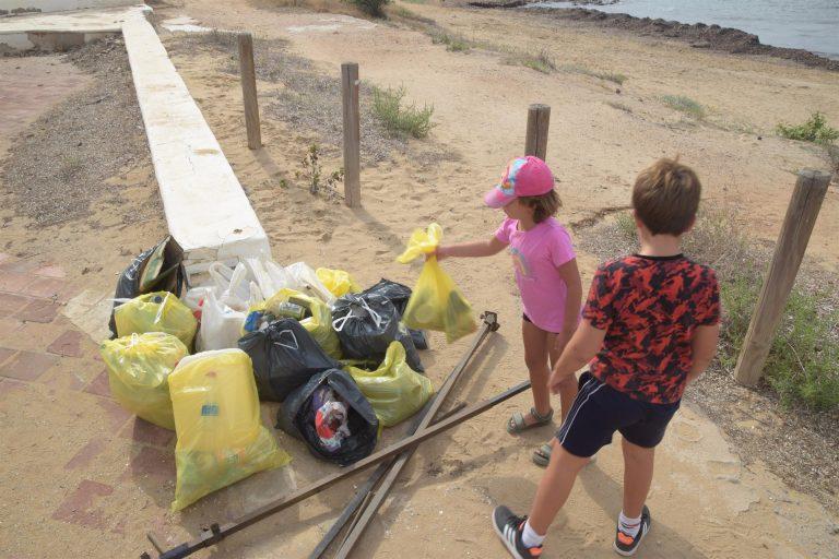 Recogen muestras de microplásticos en Calarreona para estudiar amenazas de la fauna marítima