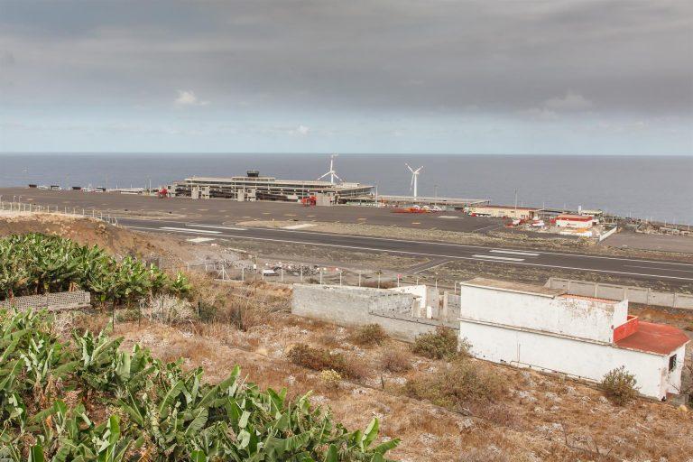 El aeropuerto de La Palma sigue inoperativo por la ceniza