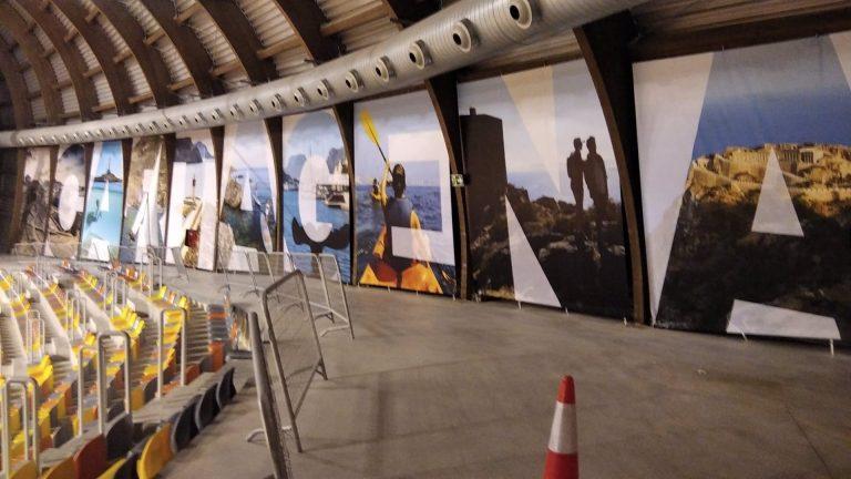 Un mural de Cartagena embellece la pista central del Palacio de Deportes