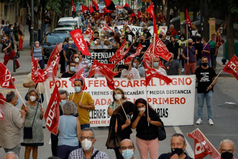 Cientos de personas protestan en Murcia por el cierre de la vía de cercanías entre Alcantarilla y Águilas