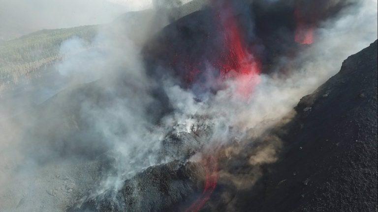 La lava ralentiza su velocidad y se mantienen al menos tres puntos de emisión simultáneos