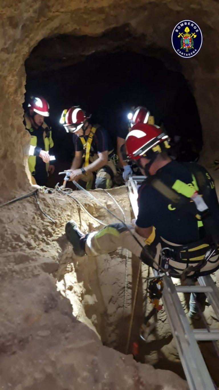 Bomberos Cartagena rescatan un perro del interior de un pozo en Peñasblancas