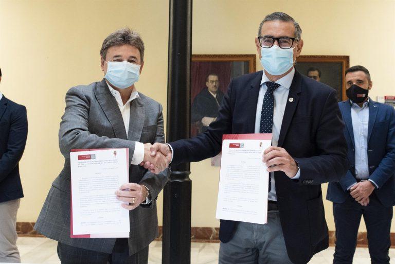 La UMU y el Real Murcia sellan su colaboración para el uso de las instalaciones deportivas y el abono universitario