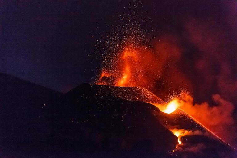 Los nuevos flujos de lava discurren sobre coladas anteriores sin causar más daños